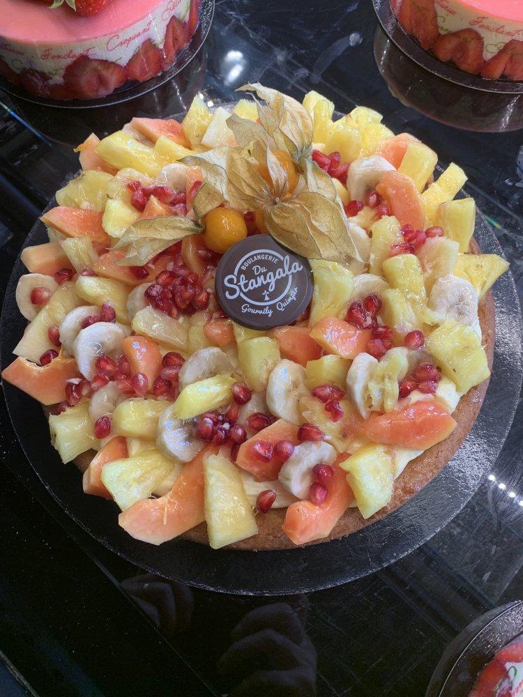 Tarte aux fruits exotiques sur Fond sablé et crème mousseline.