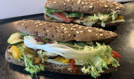 L'Estivale, sandwich végétal aux graines torréfiées.
